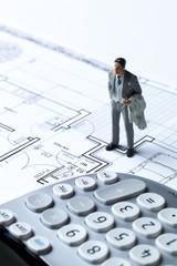 professionnel miniature sur plan architecte et calculatrice