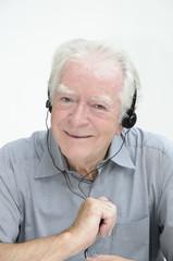 Senior mit Kopfhörern