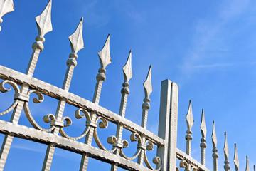 Schönes schmiedeeisernes Tor aus Metall