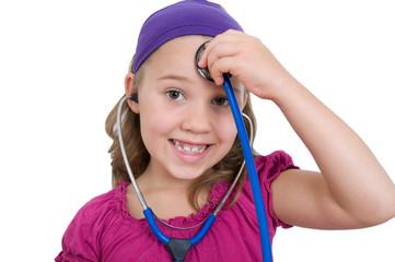 Mädchen mit Stetoskop am Kopf
