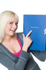 Junge Frau zeigt auf Bewerbungsmappe