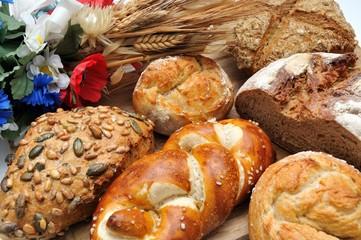 Laugenzöpfli mit Brot und Brötchen