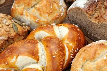 Laugenbrezel mit Brot und Brötchen