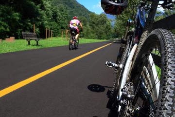 bicicletta ferma su pista ciclabile