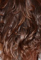 Фон из волнистых волос брюнетки, текстура темных волос