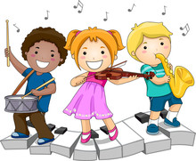 Los niños que tocan los instrumentos musicales
