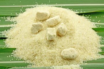 sucre de canne en poudre et sucres en morceaux