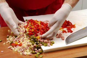 Mezclando vegetales mixtos.