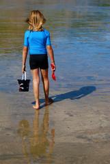 Vacances à la plage - Enfant marchant à marée basse