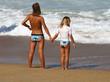 femme et son enfant au bord de l'eau