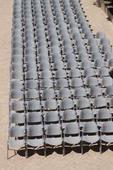 graue leere Stühle in einem Freilufttheater warten auf Gäste