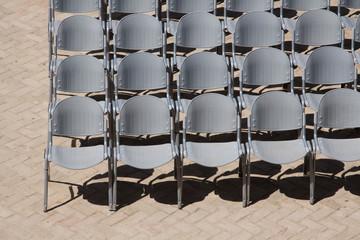 leere graue Stühle warten auf ihre Gäste