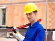 Lehrling / Azubi. Bauarbeiter auf Baustelle mit Helm.