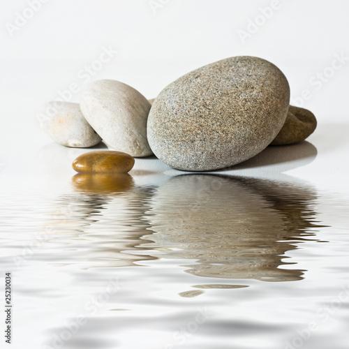galets zen, sur l'eau © pixarno