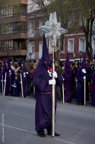 Nazareno llevando una cruz de cristal