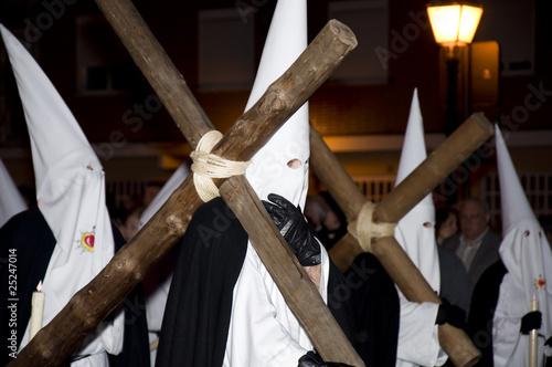 Nazareno llevando una cruz en penitencia