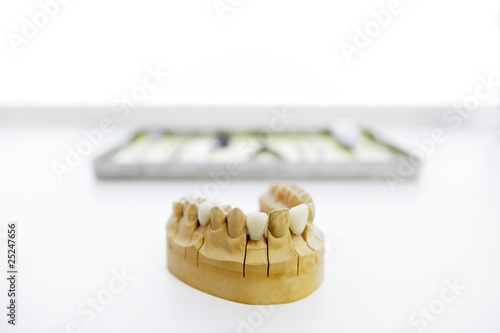 Zahnprotese und Instrumentenset