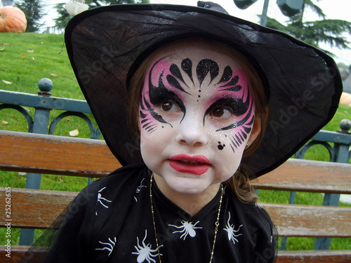 fillette déguisée en sorcière pour halloween