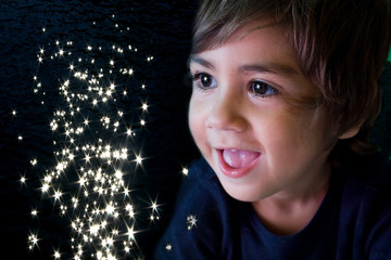 bambino che guarda le stelle cadenti