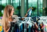 Frau beim Einkauf in Laden oder Boutique poster