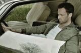 Mann im Auto sitzend