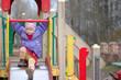 Маленкая раздетая девочка играет на детской площадке