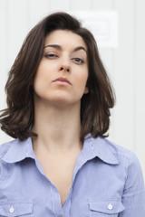 visage de jeune femme hautaine déterminée