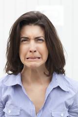 jeune femme triste visage de remords
