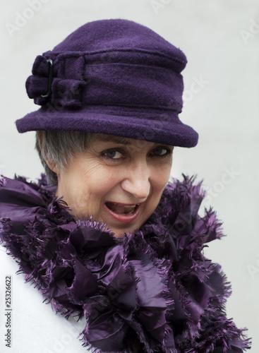 Leinwanddruck Bild jolie femme âgée dynamique portant un chapeau