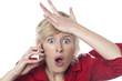 jeune femme geste d'oublis appel sur son téléphone portable