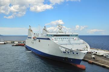 Traghetto in porto