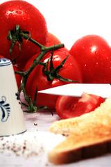 Tomaten mit Brot und Gewürzen