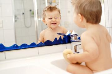 Baby lachend im Waschbecken