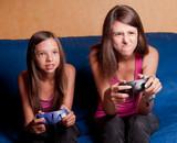 deux soeurs complices qui jouent aux jeux vidéo poster