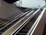 escalator dans un centre commercial poster