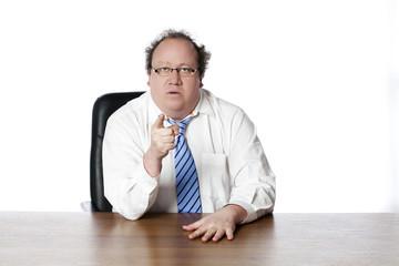homme d'affaires sérieux montrant de l'index droit devant