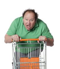 homme course avec un caddie de supermarché