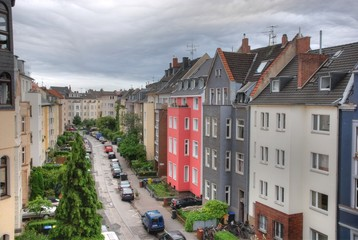 Düsterer Himmel über Kölner Seitenstraße