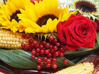 Blumenbuquet mit Sonnenblumen, Beeren und Waldfrüchten