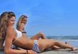 Jeunes filles allongées sur la plage