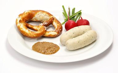 Weißwurst auf Teller mit Breze und Senf