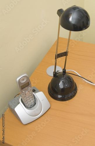 flexo y tel fono sobre mesa de oficina from mick20