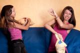 soeurs complices qui jouent poster