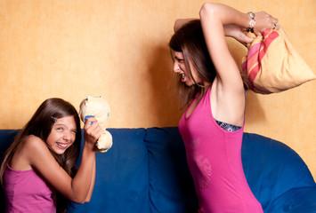 bataille d'oreiller entre deux soeurs