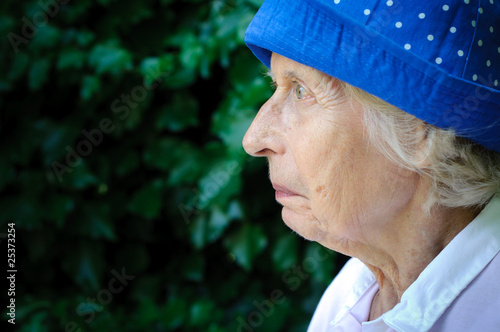 Skeptische alte Frau Profilportrait