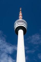 Fernsehturm Stuttgart vor tiefblauem Himmel
