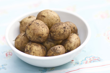 Potatos in a plate on a table