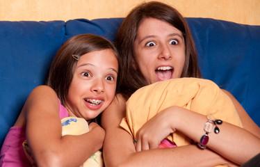 deux soeurs qui regardent un film d'horreur