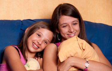 deux soeurs romantiques qui regardent un film d'amour