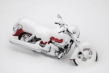 Motorrad eingeschneit im Winter